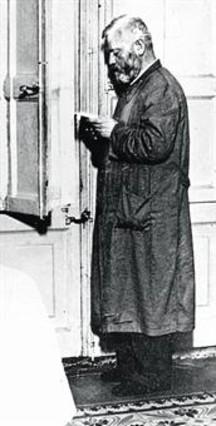 obispo-manuel-irurita-con-bata-escondido-guerra-civil-casa-los-tort-1337020756319