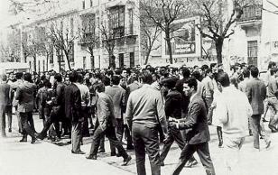 Manifestación-de-estudiantes-en-Barcelona-en-1957-para-apoyar-la-huelga-del-transporte-en-esta-ciudad.jpg