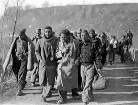 Soldados republicanos españoles entrando en Francia
