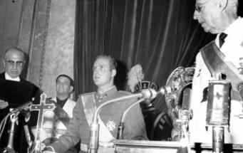 El príncipe Juan Carlos de Borbón jura en las Cortes lealtad al Jefe del Estado y fidelidad a los principios del Movimiento y a las Leyes Fundamentales del Reino, ante la mirada del di